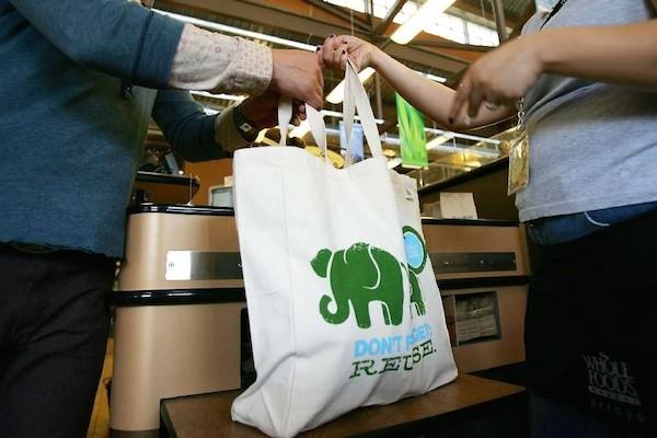 加州成為第一個禁用塑膠袋州