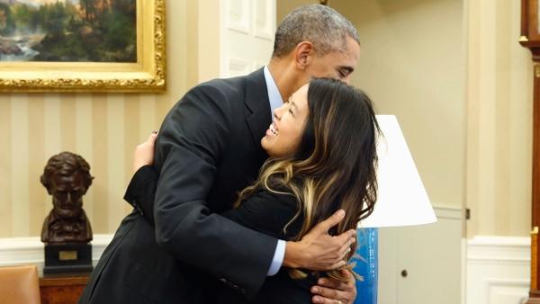 奧巴馬擁抱已康復埃博拉患者 白宮防控措施受質疑