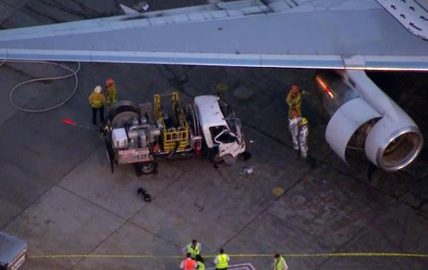 週一,洛杉磯國際機場一輛加油車撞上停機坪上一架American Airlines飛機,加油車司機被從撞毀的車中救了出來。 洛杉磯消防局說,為了救人,消防隊員切斷了方向盤,因為司機的右腿被方向盤卡住。司機被送往醫院,情況穩定。 LAX女發言人Nancy Castles說,發生事故時,這架Boeing 757飛機上沒有乘客。目前尚不清楚為什麼會發生加油站與飛機相撞的事故。消防官員指出此次事故沒有引起起火,也沒有造成重大燃油洩漏。