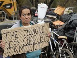 活動人士在Oakland市長Schaaf前院紮篷