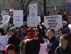南灣數百人聚集反對白人民族主義運動
